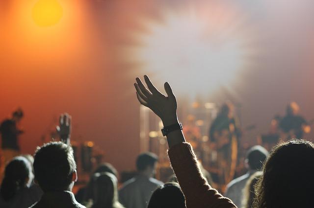 posluchači koncertu