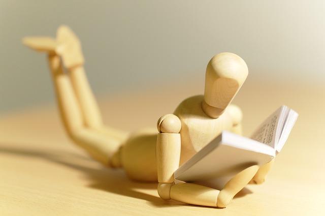 figurka s knihou