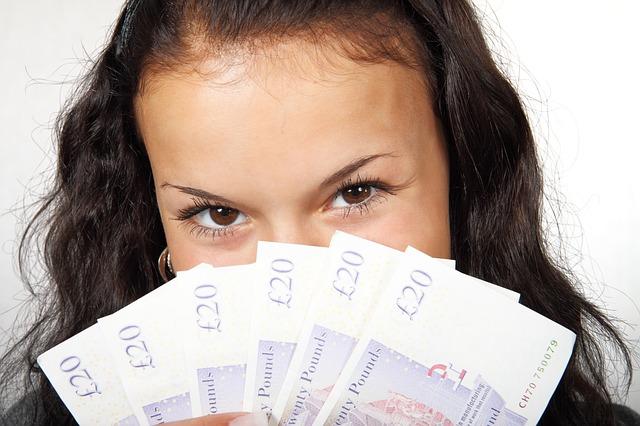 žena schovávající se z papírové libry