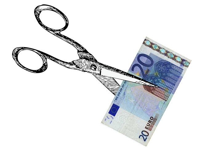 nůžky stříhající peníze