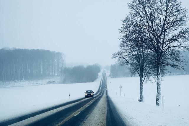 jízda na zasněžené silnici