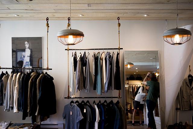věšák v obchodu s oděvy