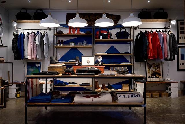 regál v obchodu s oblečením