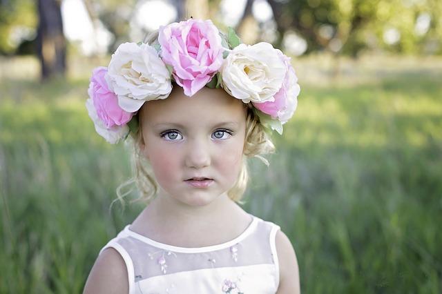 holčička s květinovou čelenkou